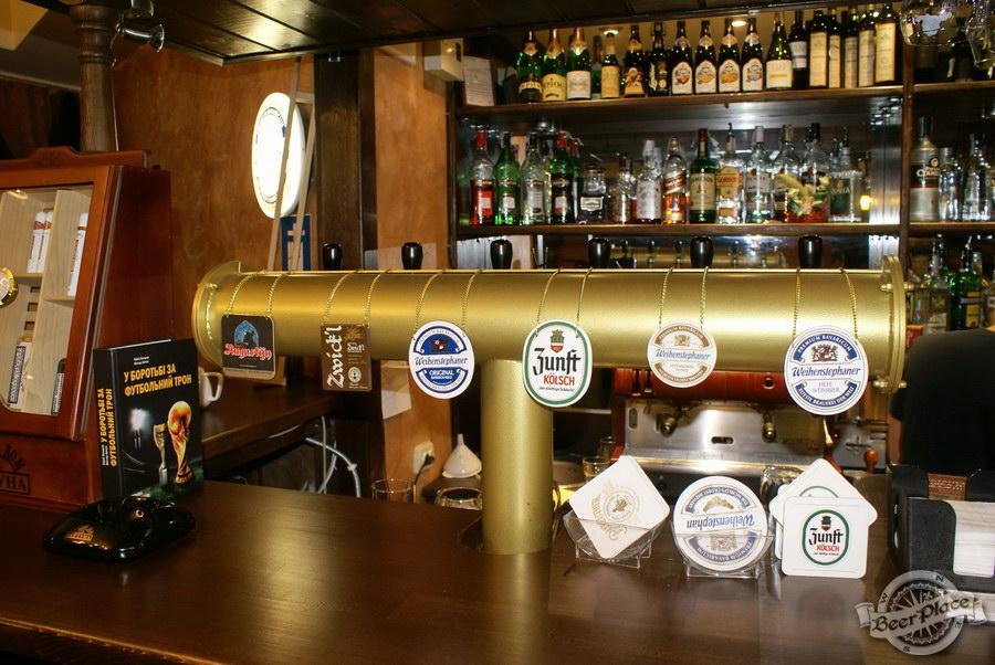 Пивной ресторан Pinta Cerveza. Фото. Барная стойка. Пивная башня