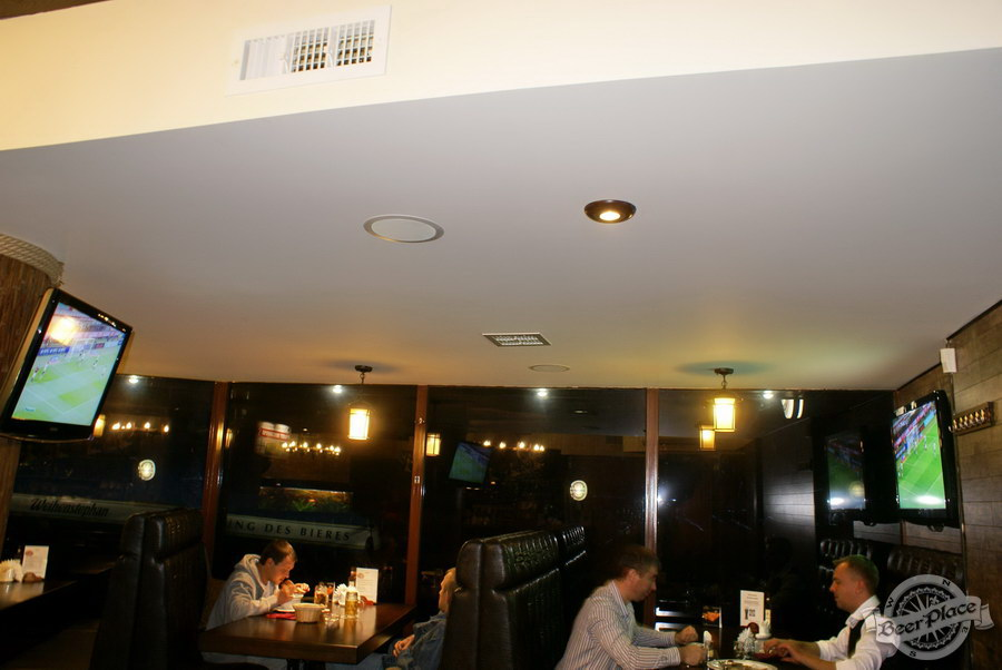 Пивной ресторан Pinta Cerveza. Фото. Телевизоры в начале первого зала
