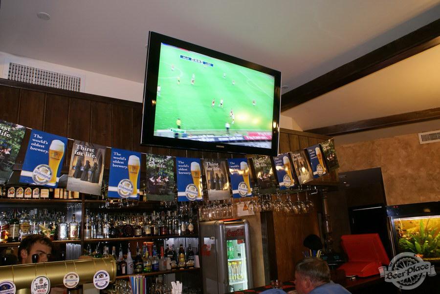 Пивной ресторан Pinta Cerveza. Фото. Телевизор над барной стойкой