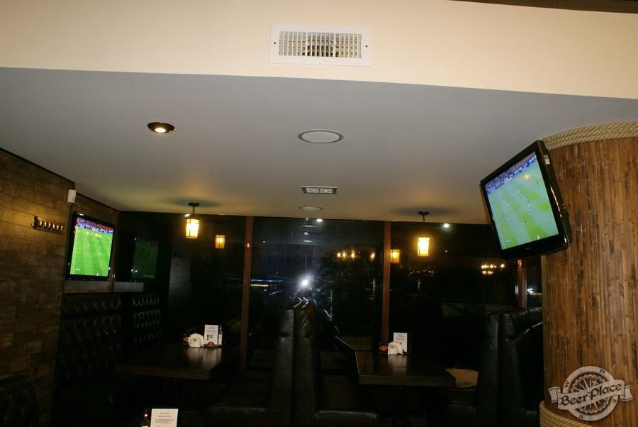 Пивной ресторан Pinta Cerveza. Фото. Телевизоры в конце первого зала