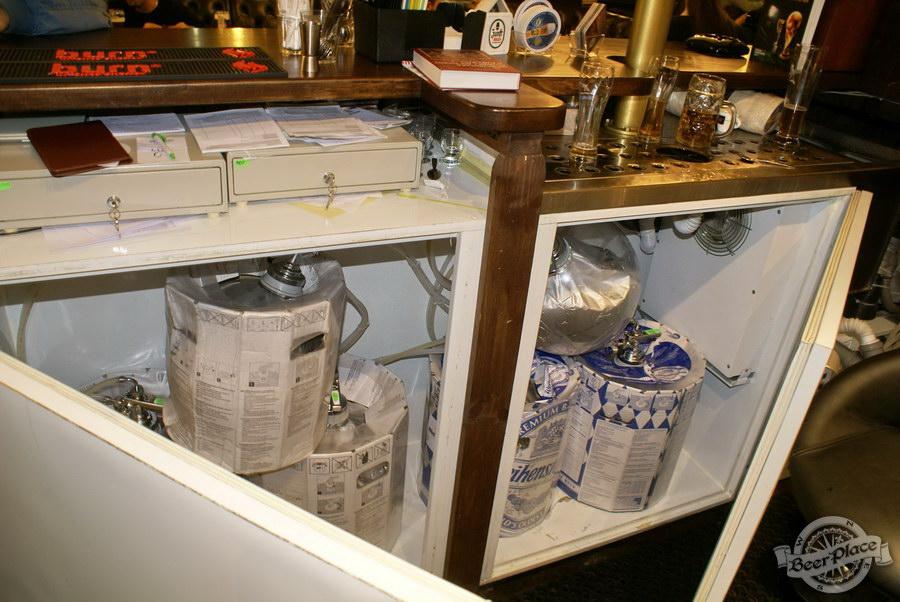Пивной ресторан Pinta Cerveza. Фото. Холодильник для пива