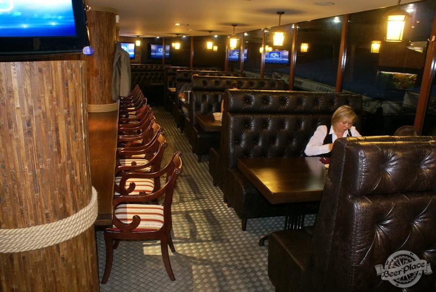 Пивной ресторан Pinta Cerveza. Фото. Первый зал. Помост