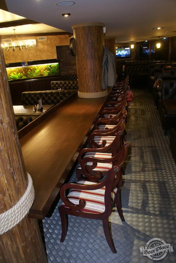 Пивной ресторан Pinta Cerveza. Фото. Стулья на помосте