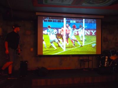 Большой экран с проектором Рок-паб №13