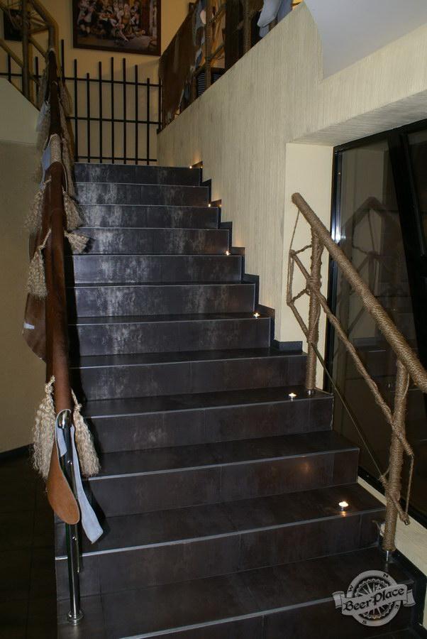 Обзор пивного клуба Рыжая Корова. Лестница на второй этаж