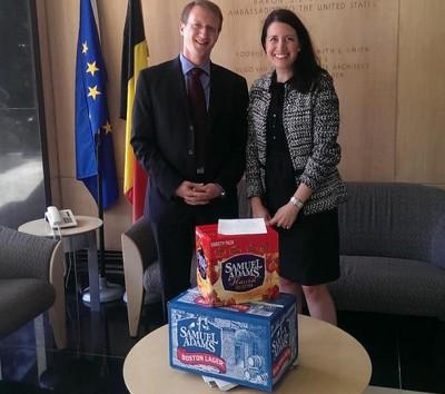 Премьер-министр Бельгии получил проспоренное пиво от Обамы