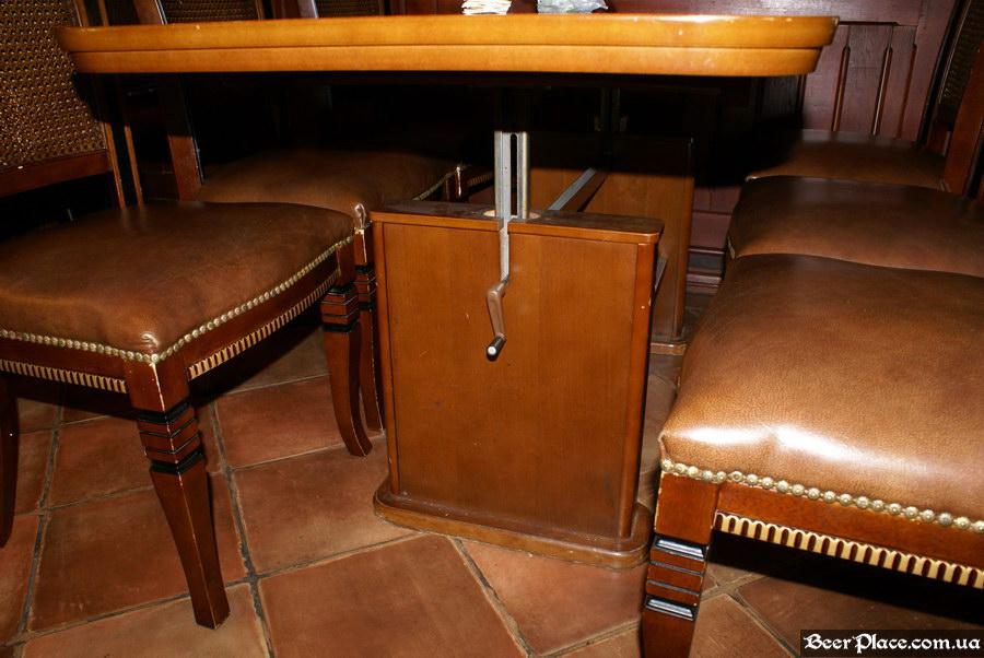 Обзор Sepia Pub | Сепия паб. Киев. Фотографии. Регулятор высоты стола