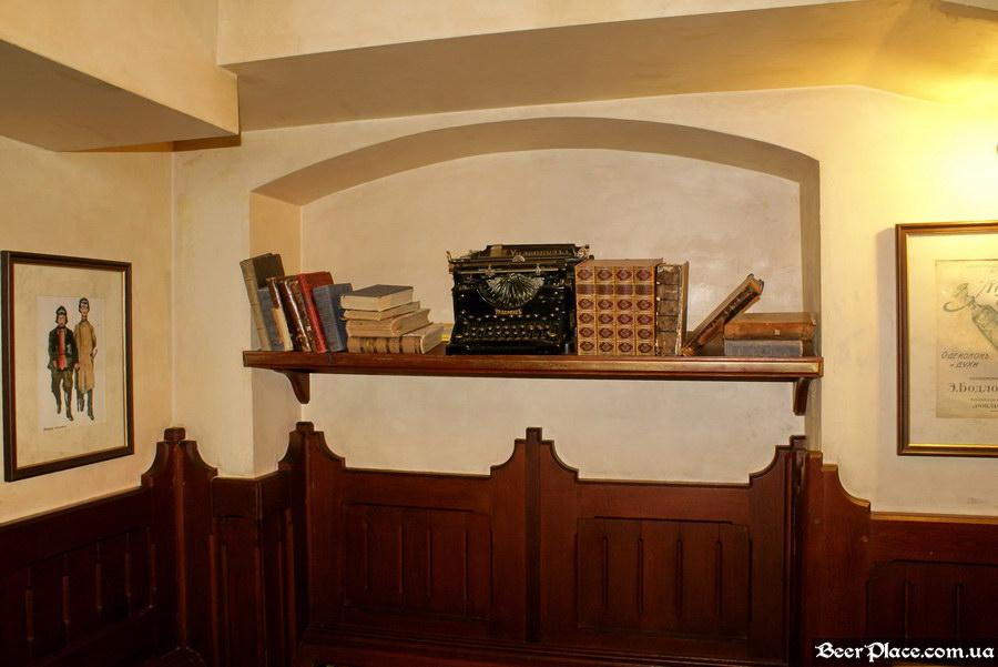 Обзор Sepia Pub | Сепия паб. Киев. Фотографии. Полка в третьем зале