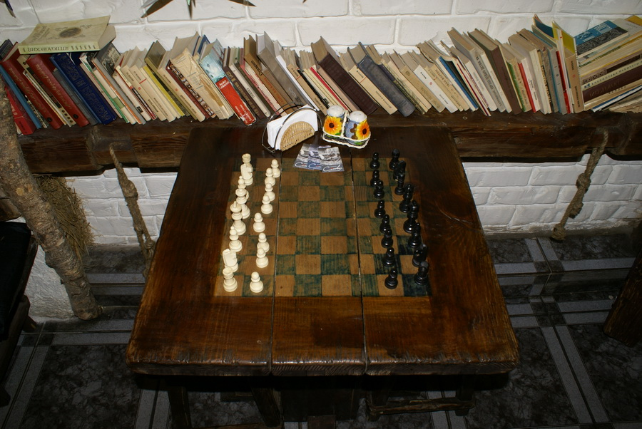 Киев. Кнайпа Сеновал. Стол с шахматной доской