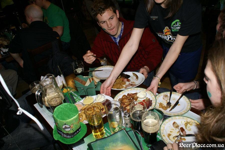 День святого Патрика 2011: паб O'CONNOR'S. Пиво - кувшинами