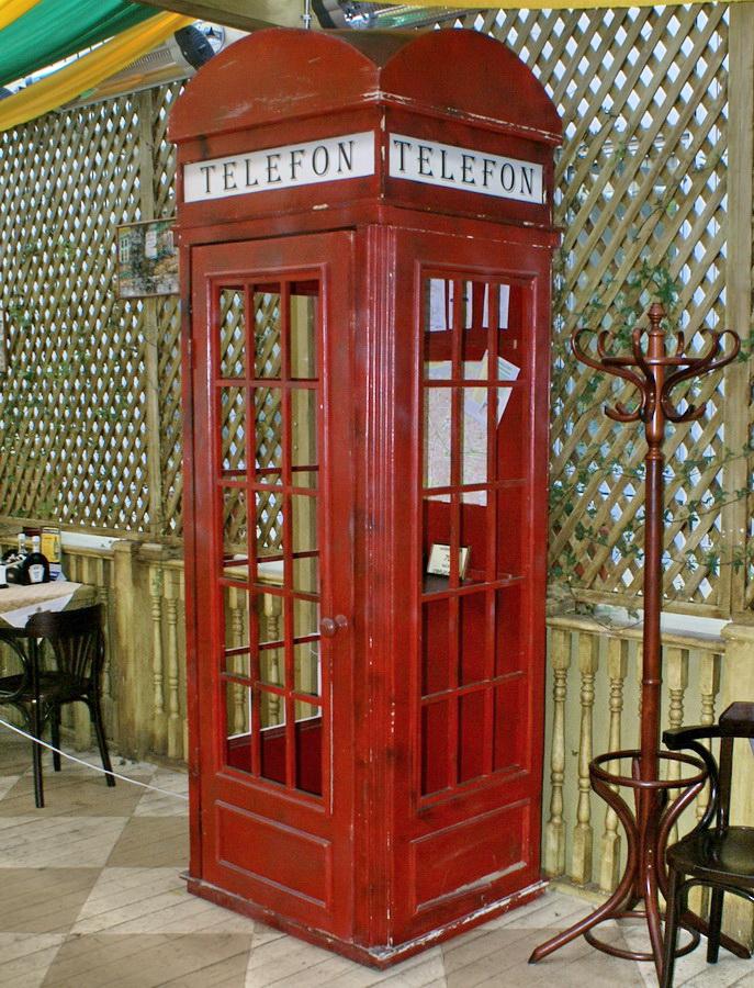 Чешский ресторан Старомак. Телефонная будка из Вечернего квартала