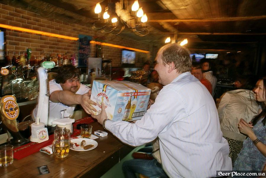 Паб пивная Толстый Лев. День Рождения. Фото. Торжественное вручение пива Chipmunk-у