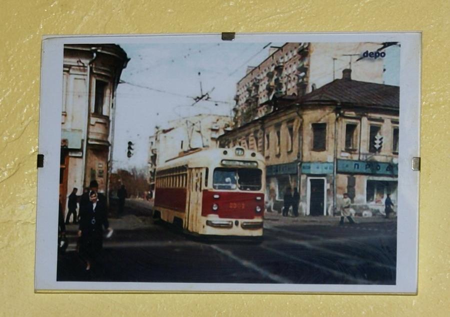 Киев. Паб Траллебус на Оболони. Фото. Троллебусы на стенах