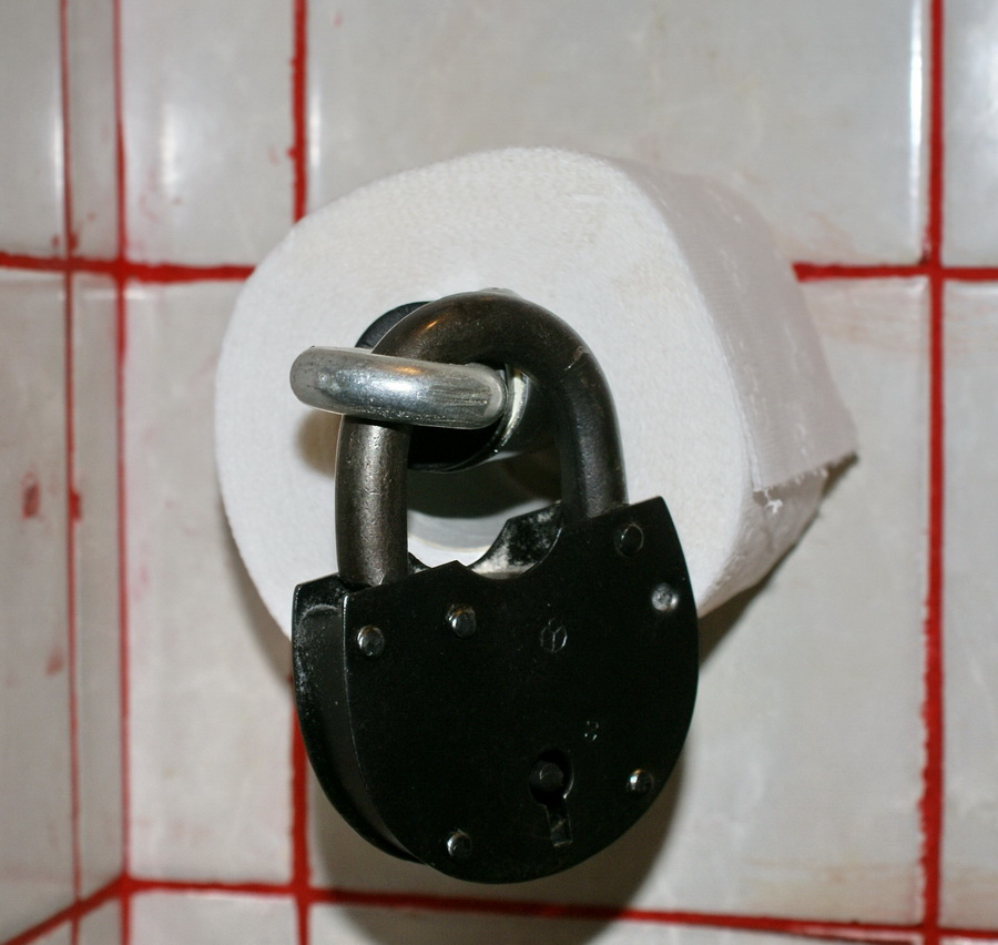 Киев. Паб Траллебус на Оболони. Фото. Прикованная туалетная бумага