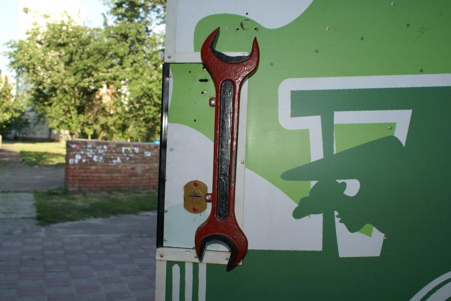 Киев. Паб Траллебус на Оболони. Фото. Ручка в виде гаечного ключа