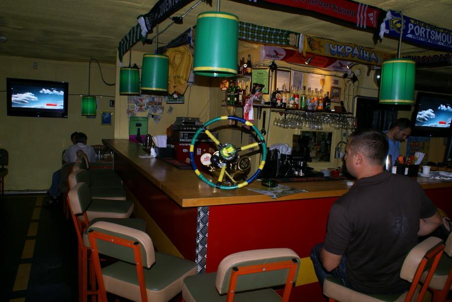 Киев. Паб Траллебус на Оболони. Фото. Руль на барной стойке