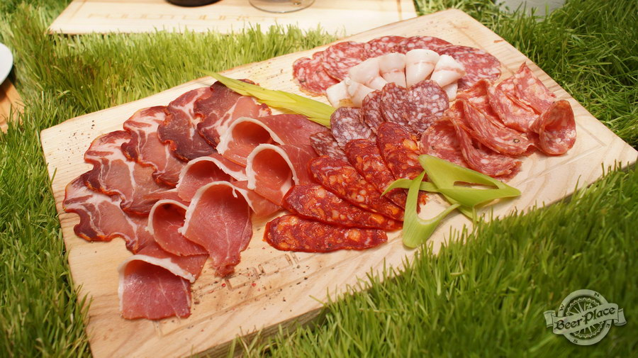 Дегустация Waterloo 8 Double Dark и Floreffe Prima Melior в FoodTourist. Ошеек Coppa Magretta | испанская пикантная колбаса Сhorizo | салями Cacciatore Napoletano Picante и Pepperoni | хамон | сало