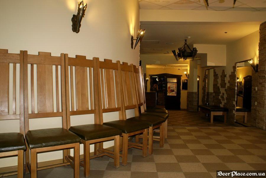Келлер Зер Гут. Киев. Холл с массивными стульями