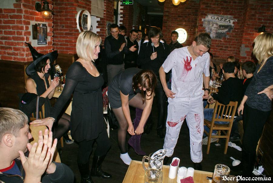 Хеллоуин 2010 в АУТ ПАБе. Фото. А не раздеться ли теперь по полной
