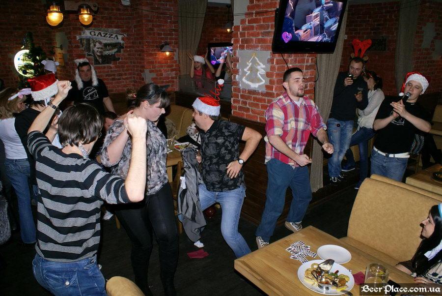 Братья Гагарины ведут Новый Год 2011 в АУТ ПАБе. Фото