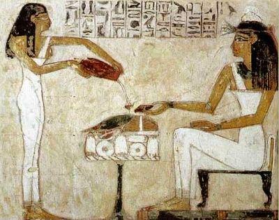 Нефертити наливает пиво через ситечко