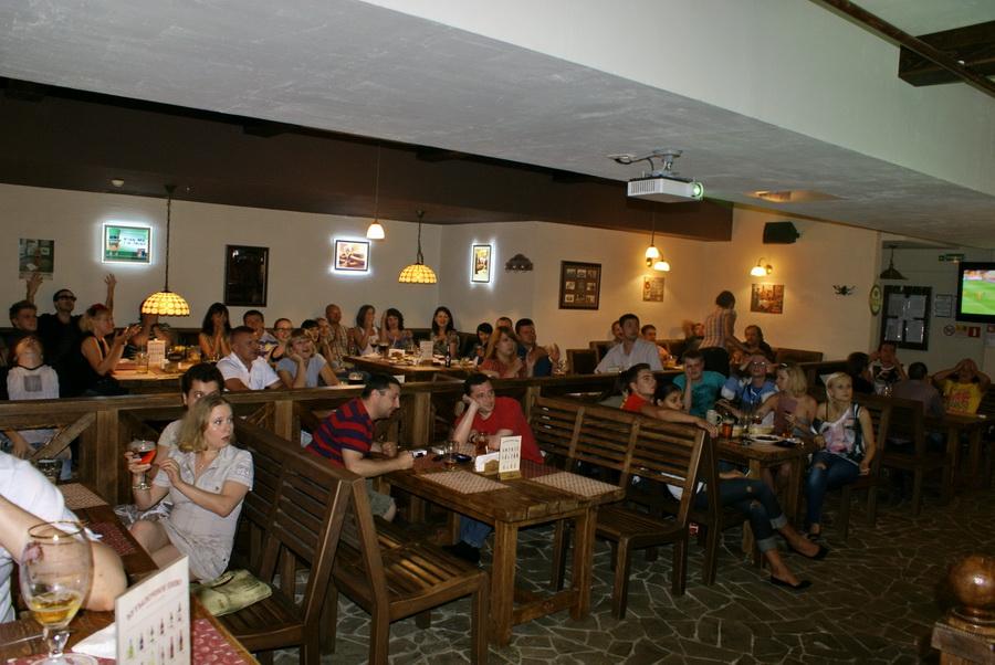 Киев. Паб Beer Point фото. Столы для больших компаний