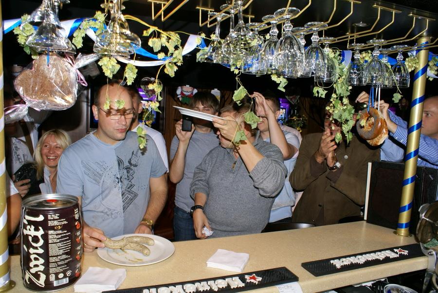 Октоберфест в Киеве. Паб-ресторан Bier Platz. Конкурс поедания сосисок - победитель