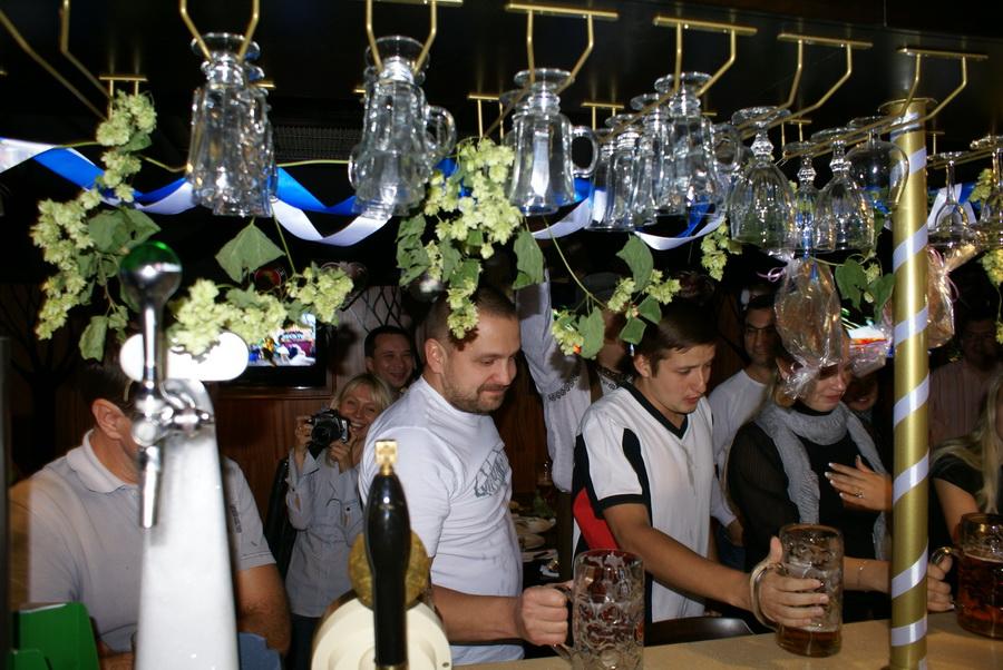 Октоберфест в Киеве. Паб-ресторан Bier Platz. Конкурс выпивания пива - победитель