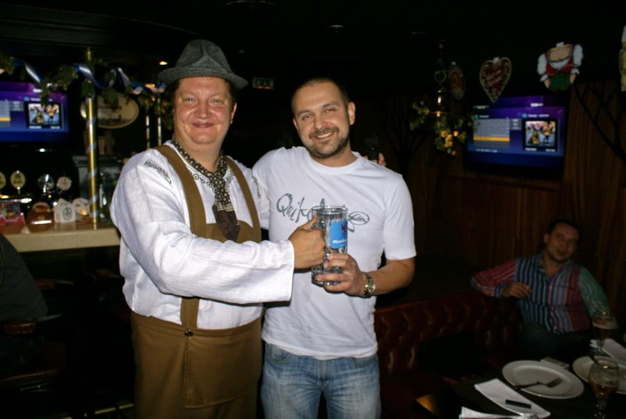 Октоберфест в Киеве. Паб-ресторан Bier Platz. Конкурс выпивания пива - вручение приза