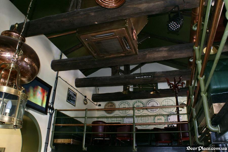 Паб виски-клуб Корвин | Corvin. Фото. Потолок на втором этаже
