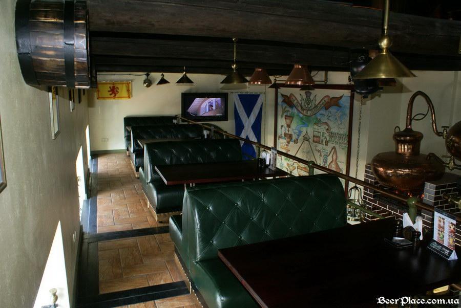 Паб виски-клуб Корвин | Corvin. Фото. Столики на 2,5 этаже