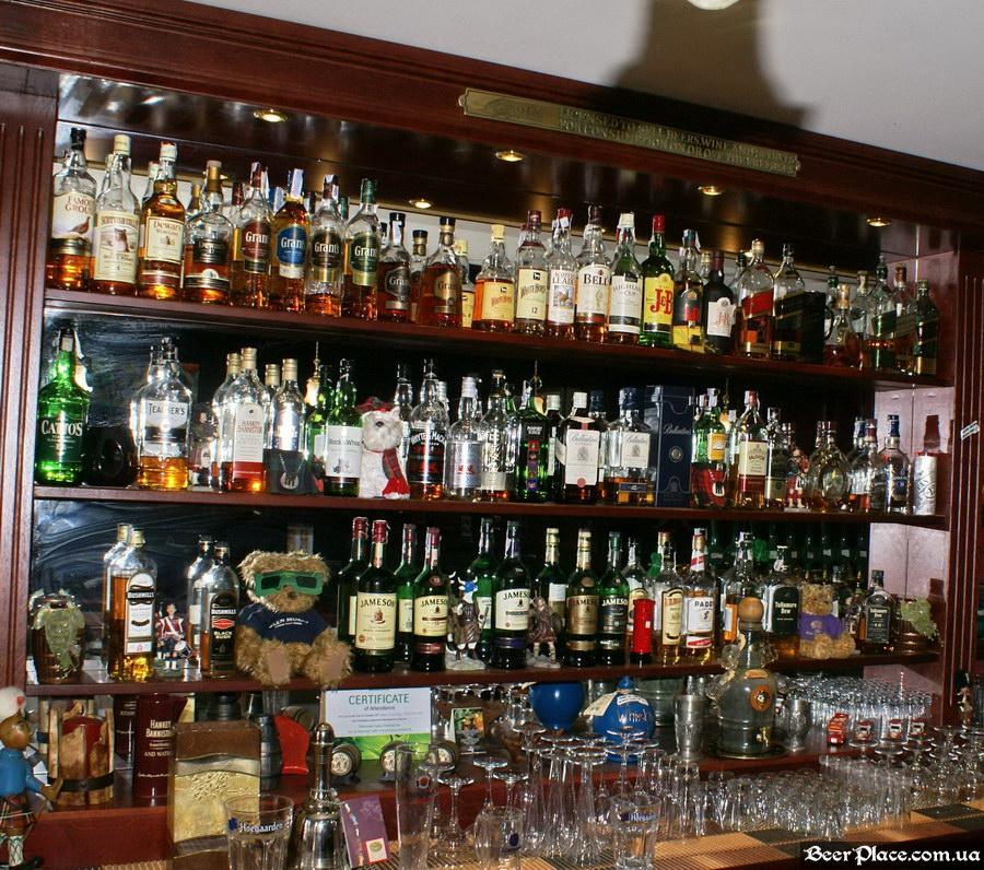 Паб виски-клуб Корвин | Corvin. Фото. Выбор виски на баре