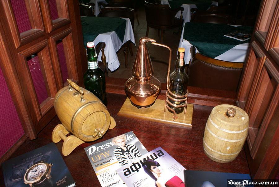 Паб виски-клуб Корвин | Corvin. Фото. Окно в ресторан