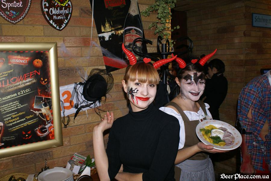 Хеллоуин 2010 в Киеве. Пивной клуб Натюрлих. Фото. Раскрашенный персонал