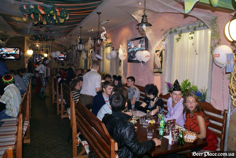Хеллоуин 2010 в Киеве. Пивной клуб Натюрлих. Фото. Полный зал народа
