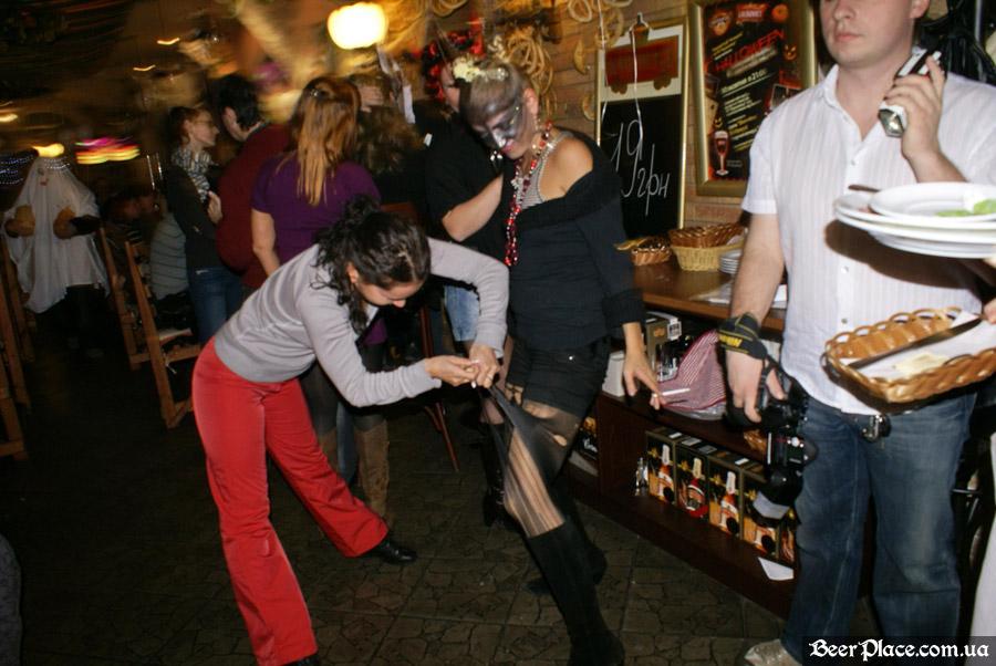 Хеллоуин 2010 в Киеве. Пивной клуб Натюрлих. Фото. А не сделать ли нам костюмчик