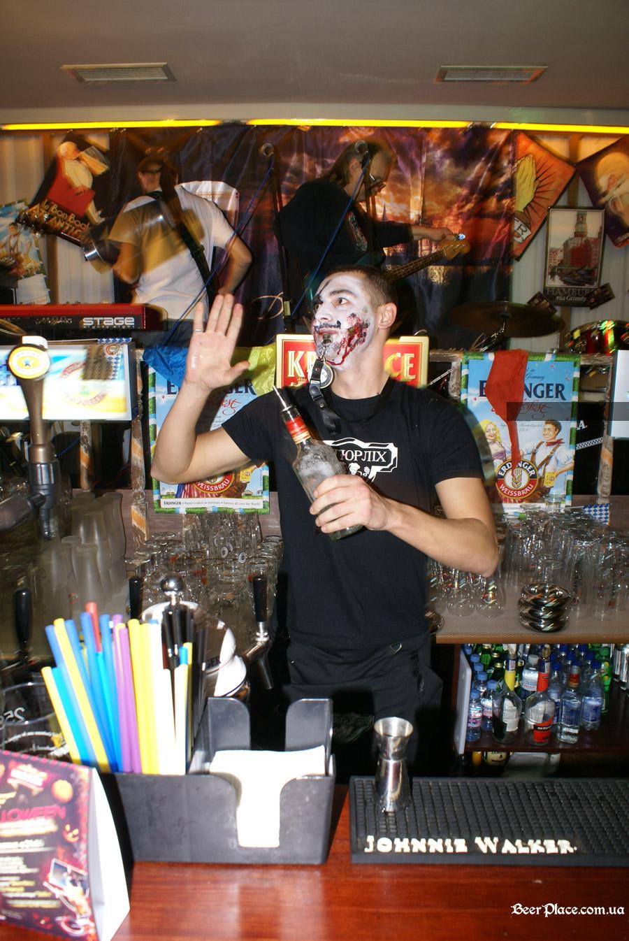 Хеллоуин 2010 в Киеве. Пивной клуб Натюрлих. Фото. Главный бармен