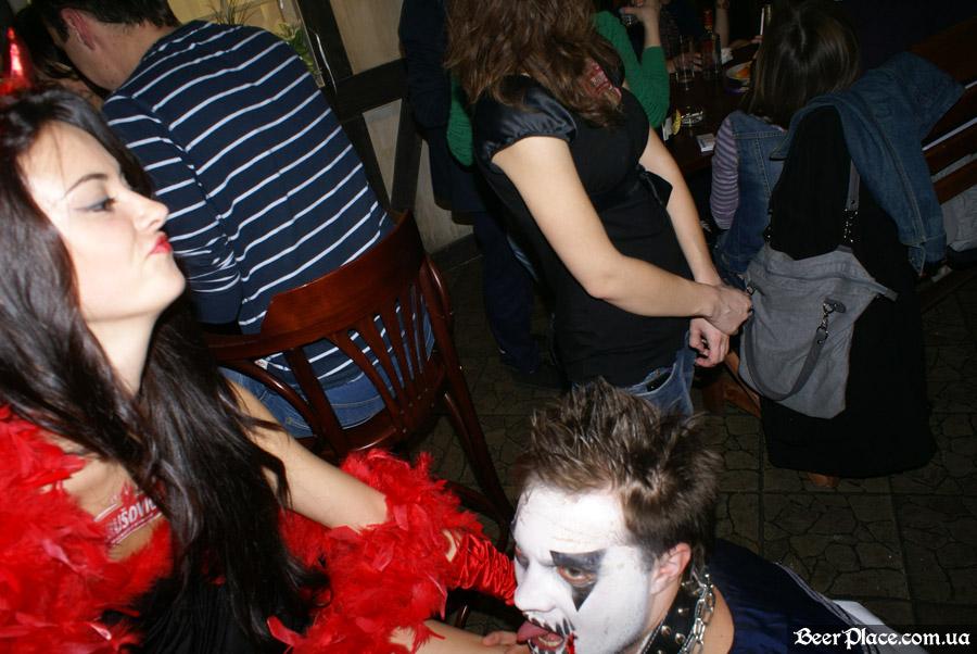 Хеллоуин 2010 в Киеве. Пивной клуб Натюрлих. Фото. Чертёнок и баянист