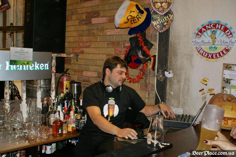 Хеллоуин 2010 в Киеве. Пивной клуб Натюрлих. Фото. Корпоративный диджей