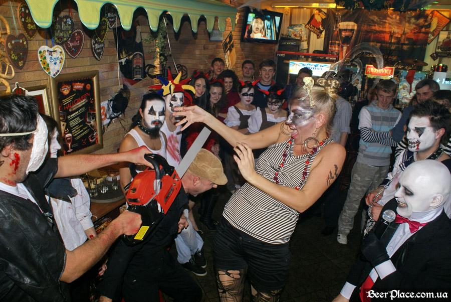 Хеллоуин 2010 в Киеве. Пивной клуб Натюрлих. Фото. Испугайся бензопилы