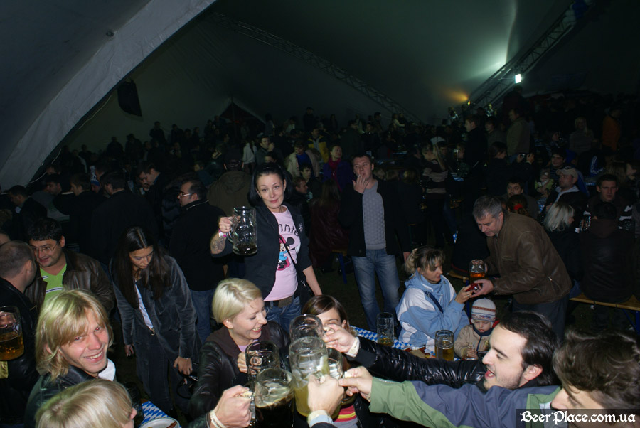 Фото Октоберфеста 2010 в Киеве. День 2. Выступление группы ТИК