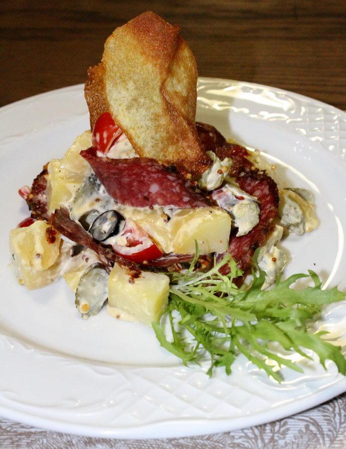 Сытный немецкий салат с салями