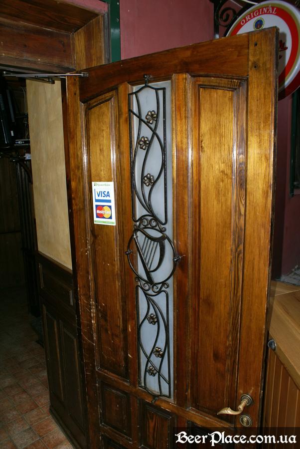 Днепропетровск. Ирландский паб Шамрок. Арфа в двери